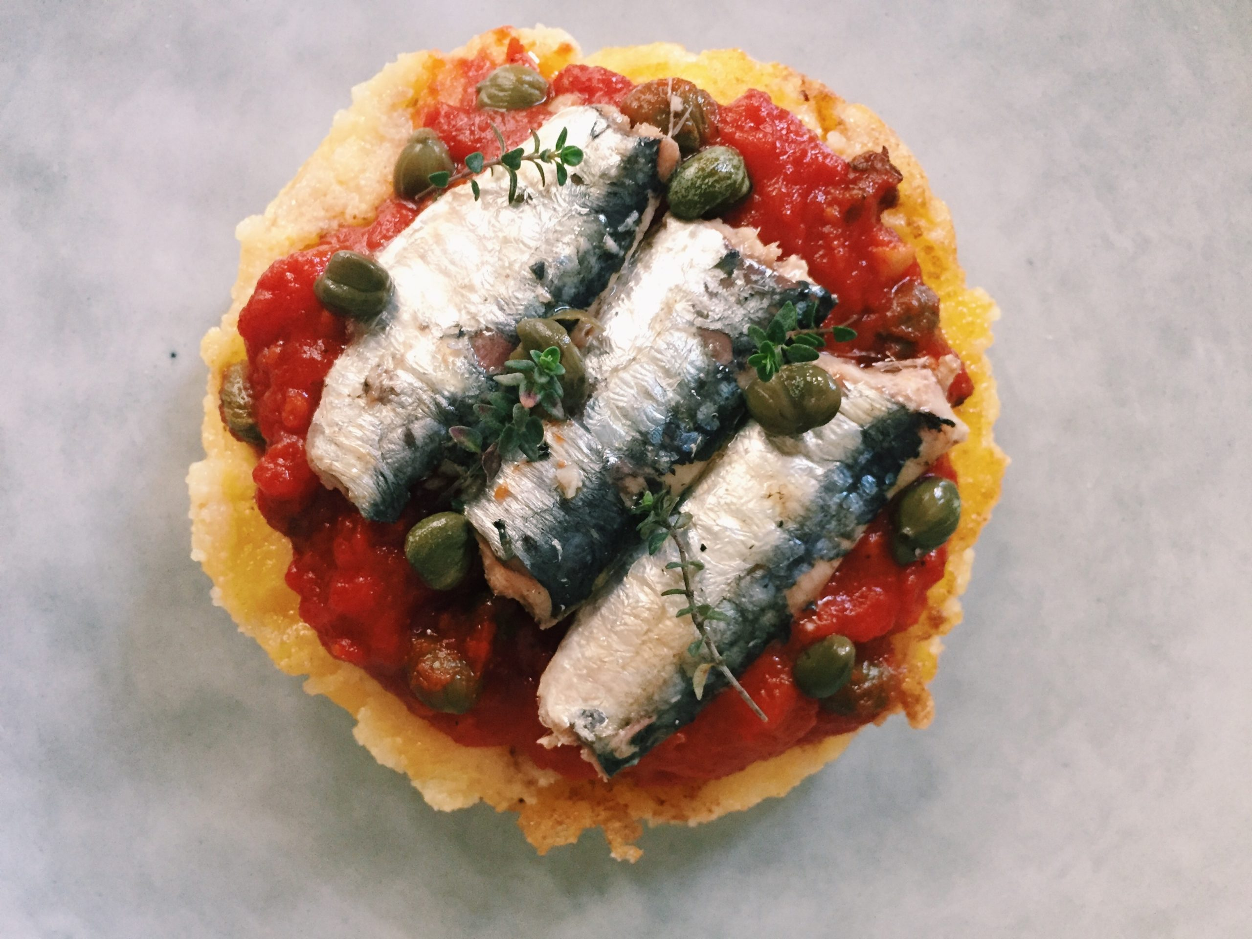 Palet de polenta grillé, sauce tomate et sardines